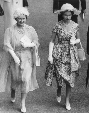 Королева-мать и Елизавета II на скачках в Аскоте, 1960 год