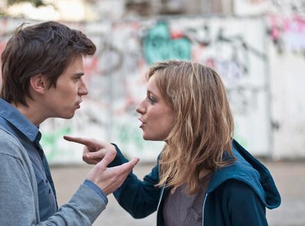 Молодая пара ругается на улице