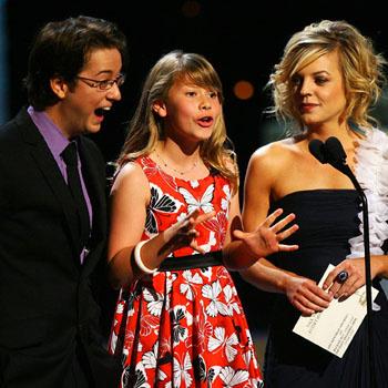 Номинанты Эмми Брэдфорд Андерсон, Бинди Ирвин и актриса Кристен Стормс вручают Эмми за лучшее ток-шоу Рэйчел Рэй