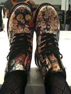 Селена Гомез (Selena Gomez) в свободное от выступлений время предпочитает ботинки от Dr. Martins.