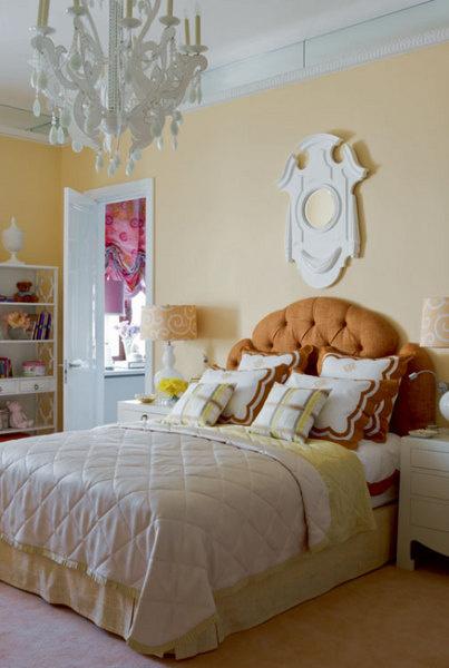 Спальня дочери. Кровать сделана по эскизам декоратора. Тумбочки, C. Vell. Зеркало, Dorothy Draper. Винтажная этажерка куплена в Палм-Бич. Люстра, Vaughan.