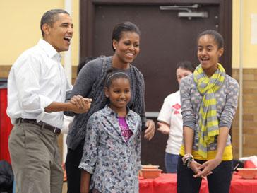 Барак Обама (Barak Obama) и Мишель Обама (Michelle Obama) с дочерьми на общественном мероприятии в американской школе