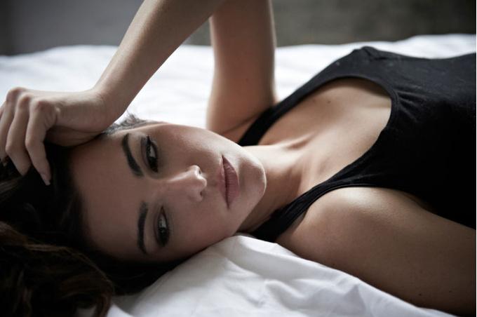 Женщина лежит на кровати