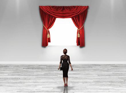 Женщина перед окном