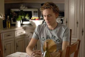25-летний Хиддлстон в сериале «Пригород в огне»