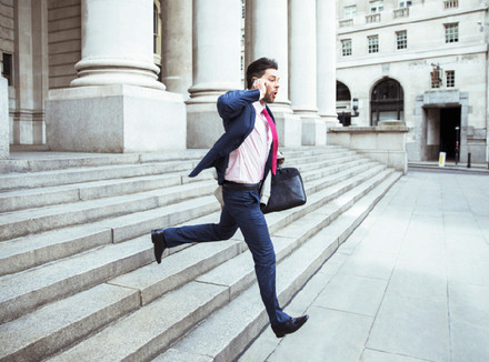 Мужчина бежит по лестнице