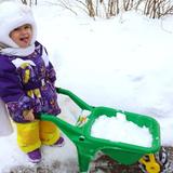 Алиса, 1 годик и 10 месяцев, г. Щелково, Московская обл., помогает папе чистить снег.