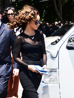 В день похорон Рианна отказалась от привычного имиджа в пользу сдержанного и строгого.