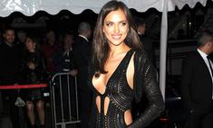 Ирина Шейк показала грудь на премьере в Каннах