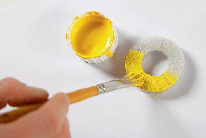 Полученные колечки окрашивают в желтый икрасный цвета.