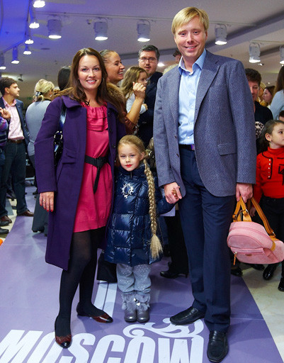 Александр Масляков младший с женой Ангелиной и дочерью Таисией.