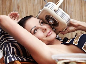 Женщина слушает радио