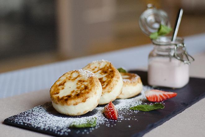 Творожные сырники с клубничным йогуртом