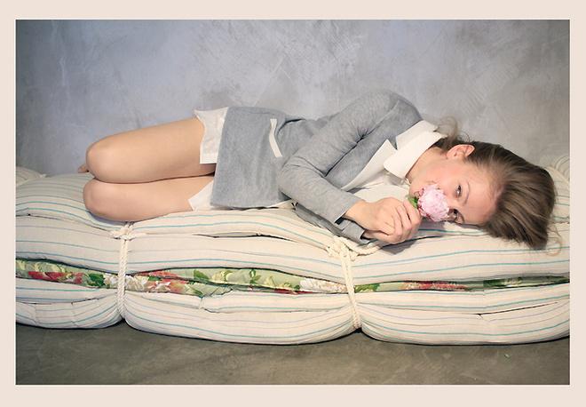Сегодня можно и нужно выглядеть дома привлекательно, чувствуя себя при этом комфортно. На фото – одежда марки Low Fat, представленная в магазине русских дизайнеров «Русская Улица».