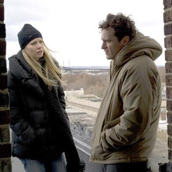 «Любовники» - третья картина Грэя, главную мужскую роль в которой играет Хоакин Феникс, тогда как для Гвинет Пэлтроу работа с этим режиссером была в новинку.