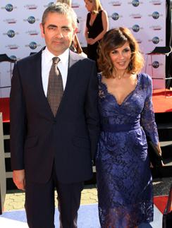 Актер Роуэн Аткинсон на все премьеры своего нового фильма приходит вместе с женой Санэтрой Сэстри.