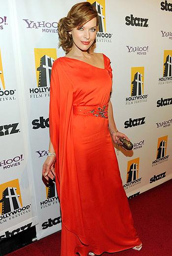 Мила Йовович остановила выбор на традиционном для торжественных награждений платье в пол, однако удивила всех ярким цветом наряда.