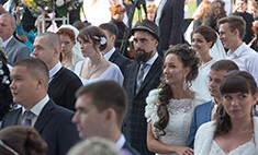 100 пар молодоженов в Новокузнецке станцевали вальс