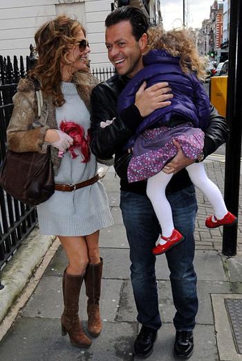 Джери Холлиуэл и Фабрицио Полити на прогулке с дочерью Джери