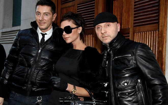 Виктория Бэкхем в компании своих друзей Доменико Дольче и Стефано Габбана (2009 год)
