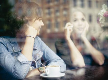 Две подруги за столом