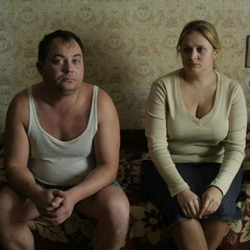 Анна Михалкова играет дочь инженера на пенсии, которая пытается спасти его от начавшейся шизофрении.