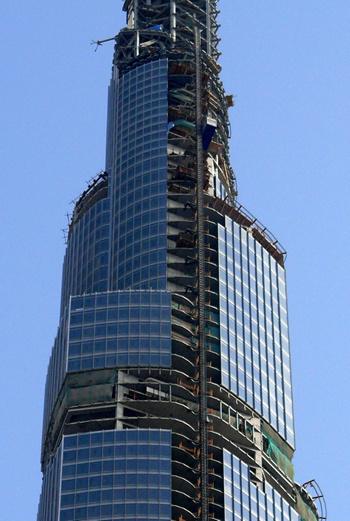 Башня оснащена специальными отражающими стеклянными панелями, которые уменьшают нагрев помещений внутри.