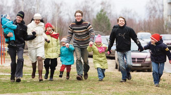 Глушенковы (слева направо): Миша, Аркадий, Марина, Валя, Эсфирь, Юрий, Яна, Борис и Глеб.