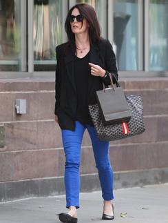 Джулианна Мур (Julianne Moore) разбавила черный верх ярко-синими брюками