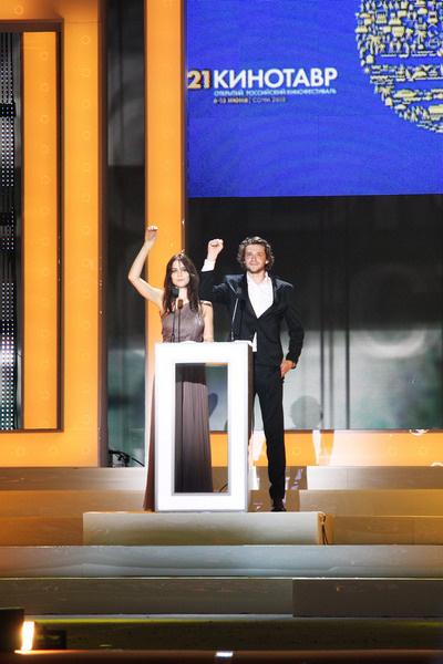 Ведущие церемонии открытия Юлия Снигирь и Григорий Добрыгин берут клятву у зрительного зала не говорить о финансовой стороне кино на протяжении всего фестиваля.