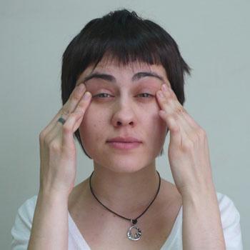5. Упражнение против морщинок в уголках глаз. Прижмите пальцы к внешним уголкам глаз и сильно напрягите нижние веки. Расслабьте.