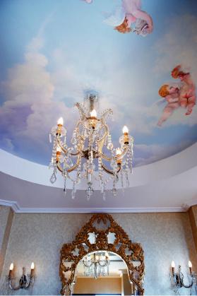 Фрагмент интерьера виллы в отеле Corfu Imperial: расписные потолки и золоченые зеркала.