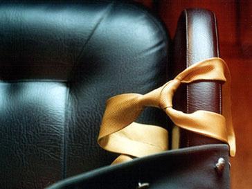 Пустое офисное кресло с галстуком