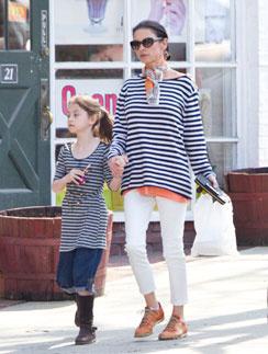 Кэтрин и Кэрис на прогулке.