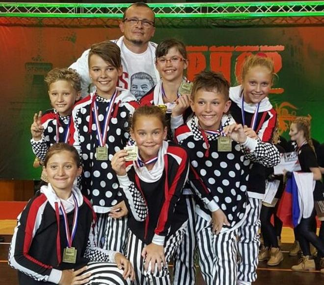 Красноярская команда по хип-хопу «Умка Страйк» с тренером Дмитрием Ковригиным
