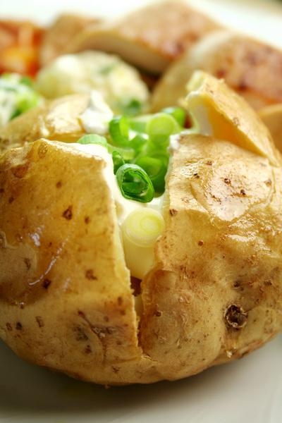 Очистки всего двух картофелин содержат дневную норму клетчатки, калия, железа, цинка и витамина С