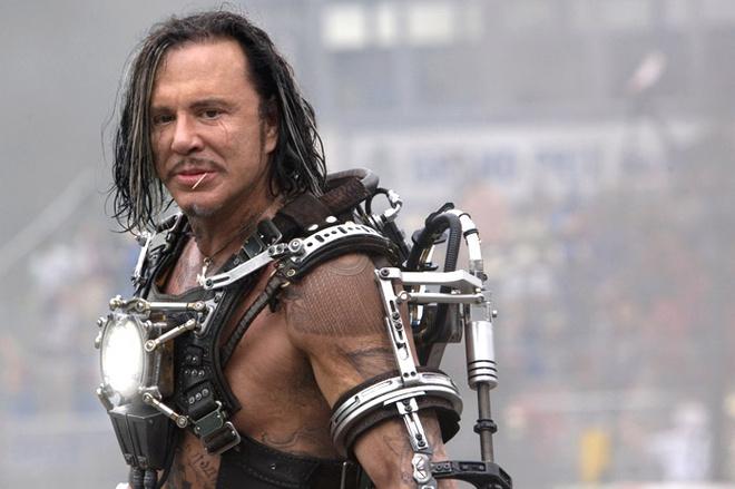 Микки Рурк посоветовал режиссеру заставить его персонажа Хлыста частично говорить на русском, чтобы усилить его характер.