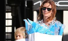 Джулия Робертс приучает сына к шопингу