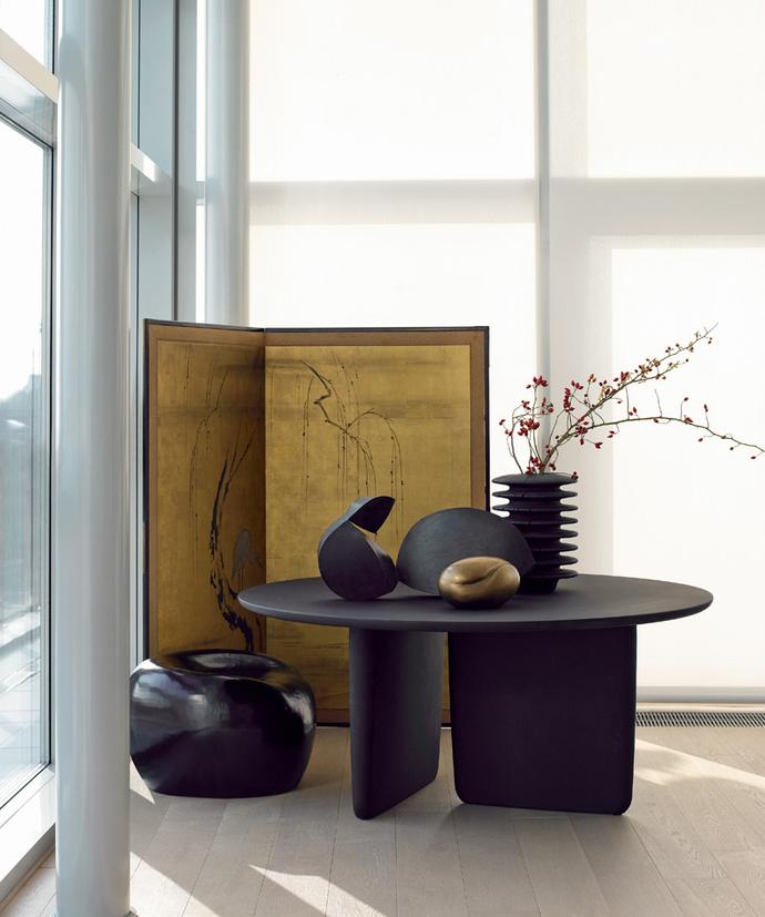 Рождение звезды. Стол Tobi-ishi со скульптурным основанием по дизайну Эдварда Барбе и Джея Осгерби в зависимости от отделки не просто смотрится по-разному, но и имеет разный характер. Покрытие цементом придает динамику, мрамор делает его элегантным, а цветные лаки добавляют красок и некоторой эксцентричности.