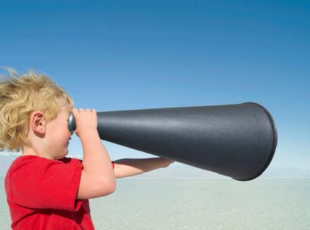 Ребенок смотрит в мегафон