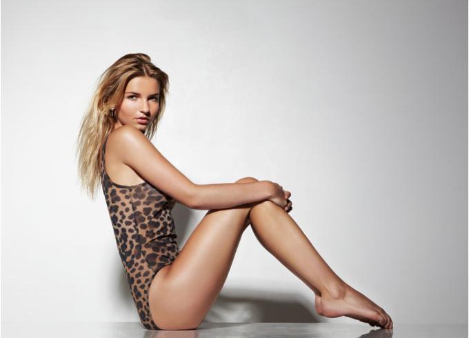 Женщина в леопардовом купальнике