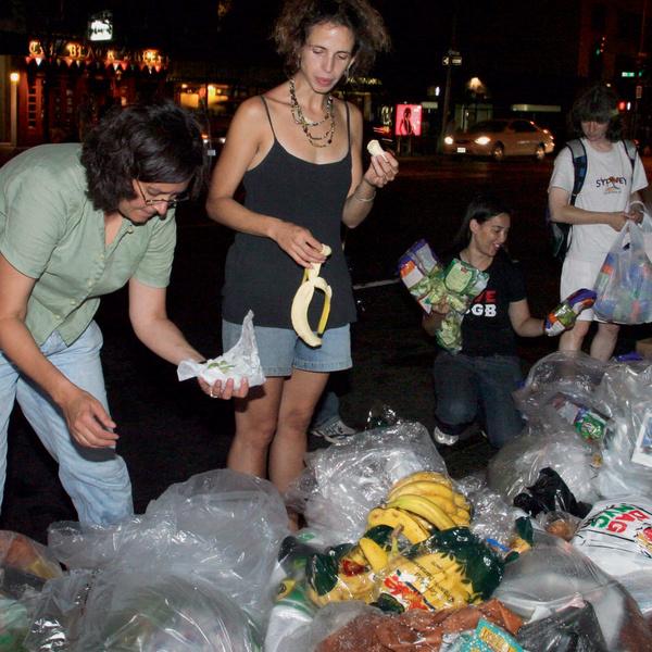 Фриганы перекусывают, не отходя от мусорных пакетов, – так же, как вы отщипываете от только что купленного багета.