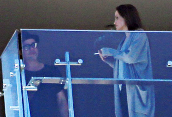 Анджелина Джоли курит сигарету фото