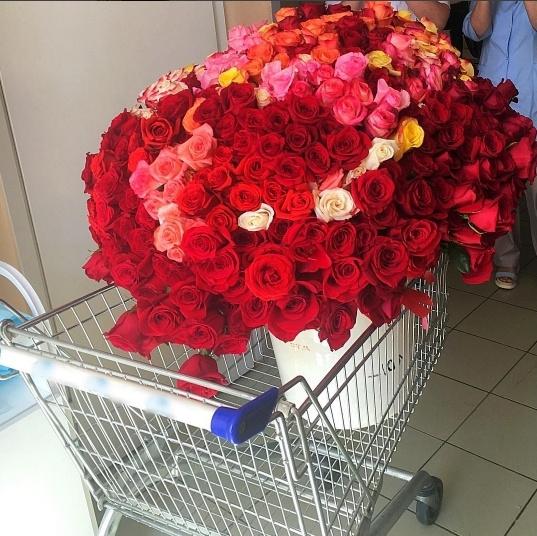 В роддом Татьяне Руйге привезли шикарный букет роз.