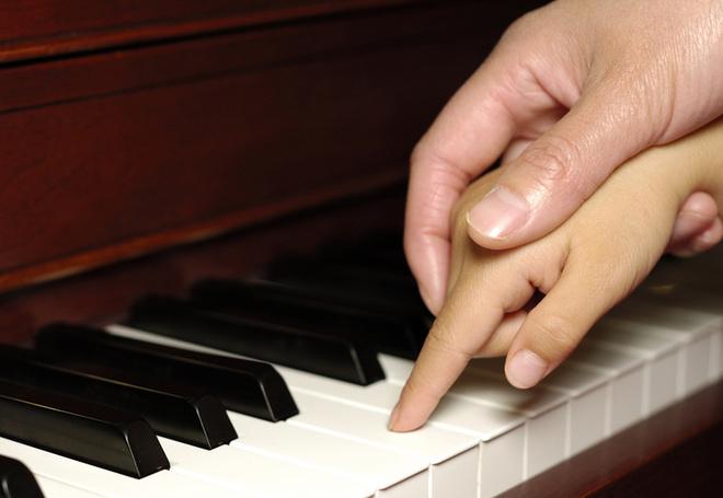 смотреть еблю мать учит дочь играть на пианино