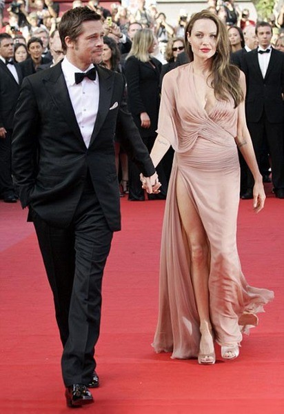 Бред Питт и Анджелина Джоли (в Versace)