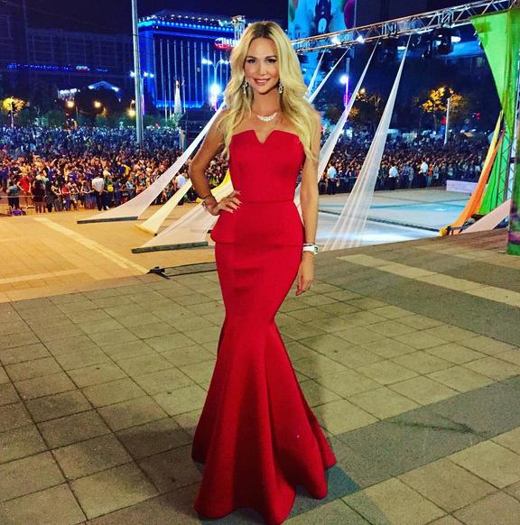 Виктория Лопырева в платье от Инны Жирковой