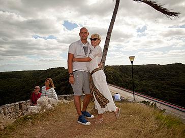 Аврора с мужем на Кубе
