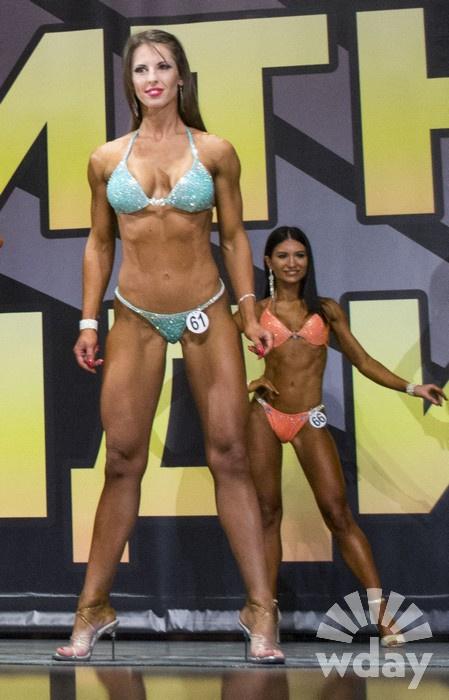 Фитнес-бикини: девушки в купальниках.