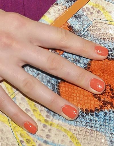 Светло-оранжевый лак для ногтей